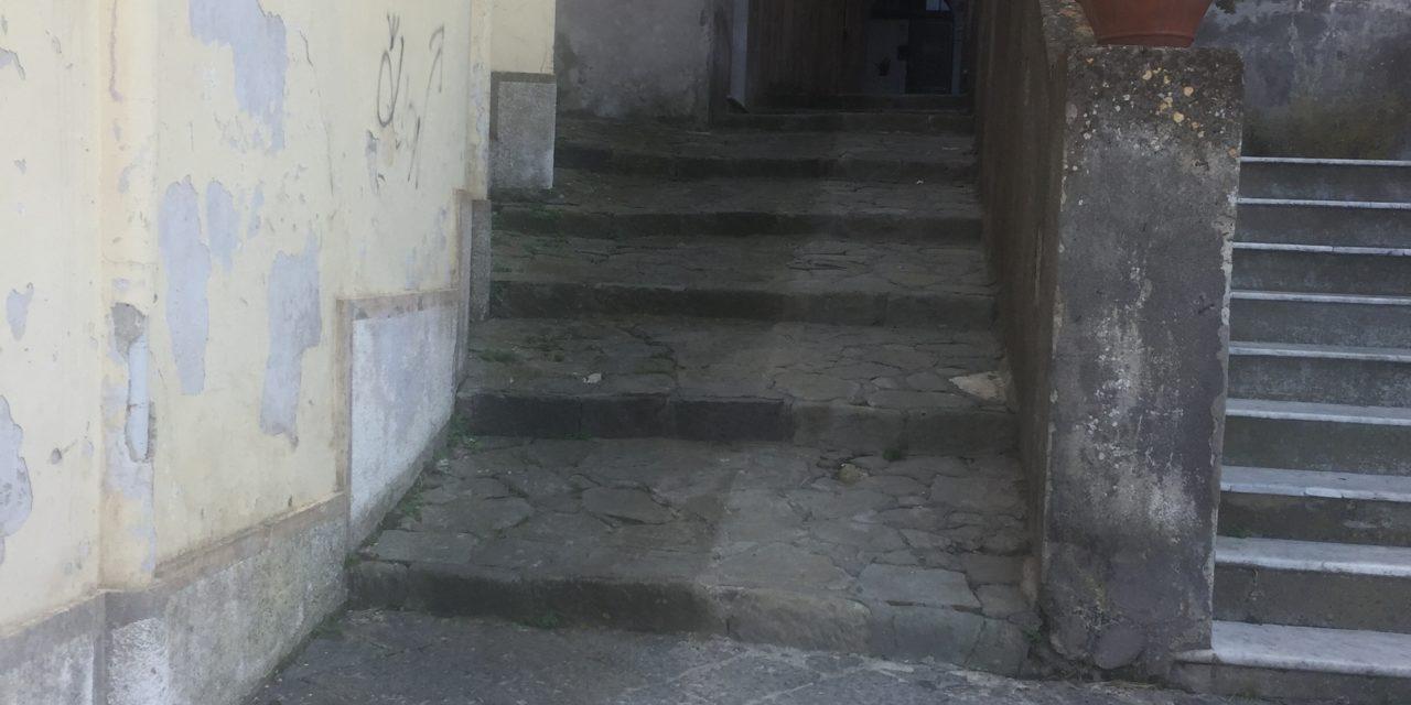 LE ACCUSE AL SESSANTENNE PER L'AGGRESSIONE DI IERI AL TRIBUNALE DEI MINORI