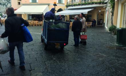 LA FOTONOTIZIA: mezzi sgangherati della Capri Servizi girano sul territorio comunale anche davanti al Comune ed andrebbero fermati