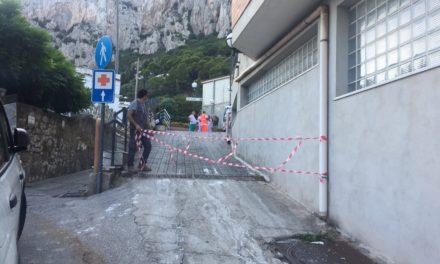 AL CAPILUPI LE AMBULANZE ARRIVANO SULLA STRADA TRA BUS AUTO E QUANT'ALTRO